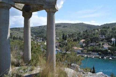 Bobovišća na moru - Three little sisster's monument / Tri sestrice