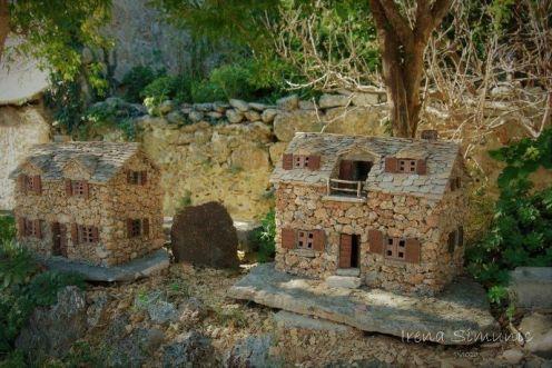 Dol - the replicas of houses with the hrapačuša stone / replike kuća s kamenom hrapačuša