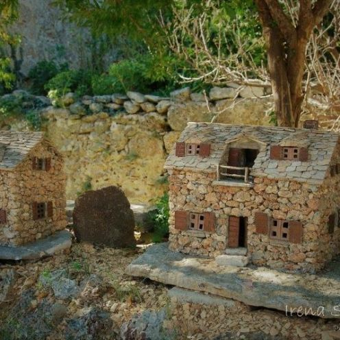 Dol - the replicas of houses with the hrapačuša stone / replike kuća s kamenom hrapačuša